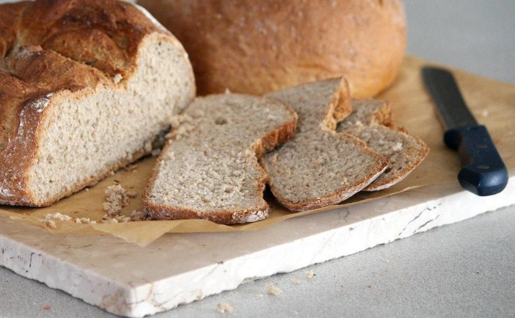 pão cortado com faca